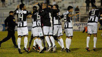 El festejo de los jugadores de Cipo por la sufrida clasificación a las semifinales del Federal A.