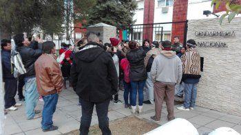 mapuches se encadenaron en la sede de gendarmeria
