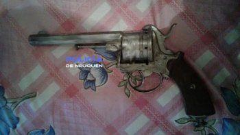 El arma y las municiones secuestradas durante el allanamiento.