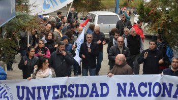 El rector Crisafulli encabezó una de las marchas en la sede local de la UNCo.