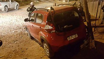Se le quedó el auto en una calle empinada y chocó marcha atrás contra un poste