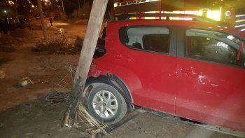 El auto rojo chocó contra un poste de luz al deslizarse hacia atrás