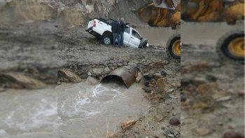 un hombre esta desaparecido tras caer al rio curi leuvu con su camioneta