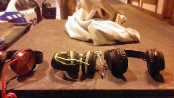 Los auriculares robados que logró recuperar la Policía.
