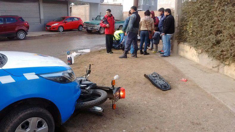 La moto quedó debajo del móvil y la Policía detuvo a los agresores.