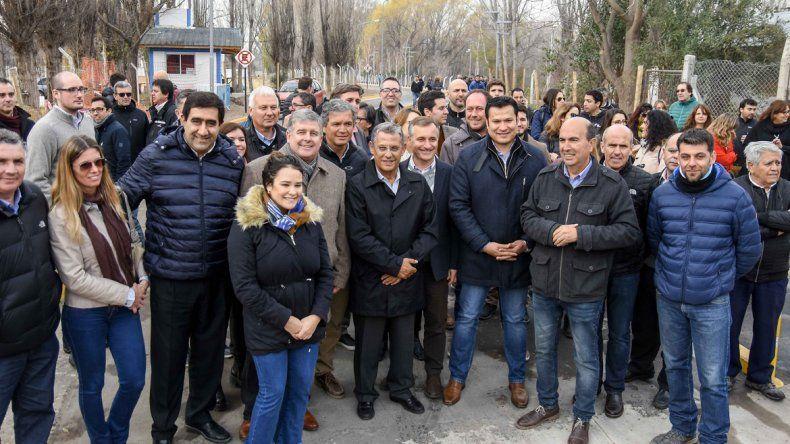 Funcionarios provinciales y municipales se mezclaron para la foto. Hubo críticas por una supuesta no invitación del Municipio