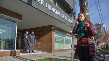 Melisa Jara, mamá del pequeño, encadenada en la sede judicial de Leloir.