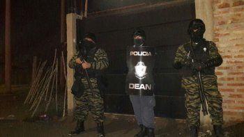Los efectivos de Antinarcóticos durante la irrupción al kiosco narco de calle Casimiro Gómez. Todo lo secuestrado, entre ello la droga y el dinero.