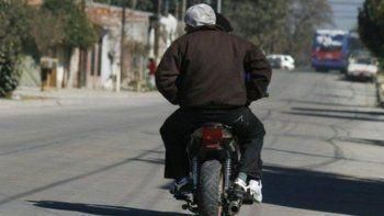 Motochorros le robaron el bolso a una mujer que bajaba de su auto