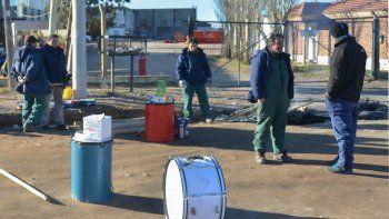 Los despedidos de la maderera ayer, en el portón de una petrolera.