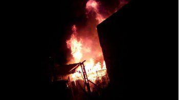 atacaron a bomberos cuando apagaban un incendio