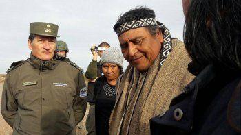 Gendarmes con miembros de una comunidad mapuche en Tratayén.