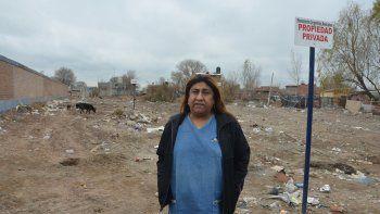 Luján Acuña, ayer, en el terreno ubicado en Boerr casi Tronador del barrio Confluencia, de donde la echaron.