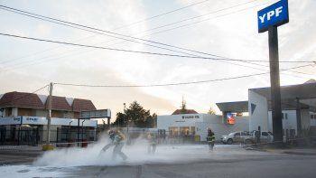 Los bomberos remediaron con cal el ácido clorhídrico del asfalto.