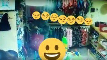 El video se viralizó por Facebook. Los padres del niño devolvieron la ropa.