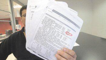 El damnificado mostró el registro del débito que excedía el importe de tarifa contratado. Reclamó a la empresa.