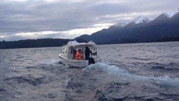 nahuel huapi: prefectura rescato una embarcacion con 7 tripulantes que estaban a la deriva