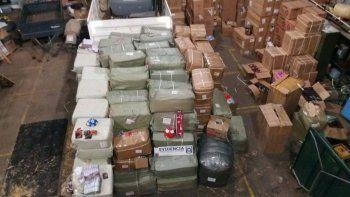 Parte de la mercadería transportada en cuatro camiones.