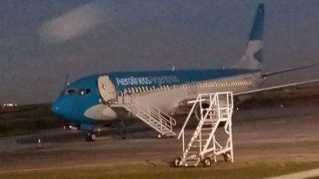 un avion que partio de neuquen aterrizo de emergencia