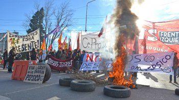 Agrupaciones se manifestaron en el puente entre Cipolletti y Neuquén.