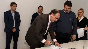 Raimondo y Gaido, ayer, en la firma del acuerdo en Ciudad Judicial.