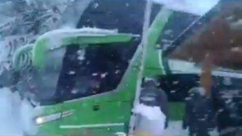 un micro lleno de pasajeros quedo varado en el paso mamuil malal