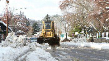 Ayer fue intenso el trabajo de despeje de nieve para normalizar el tránsito.