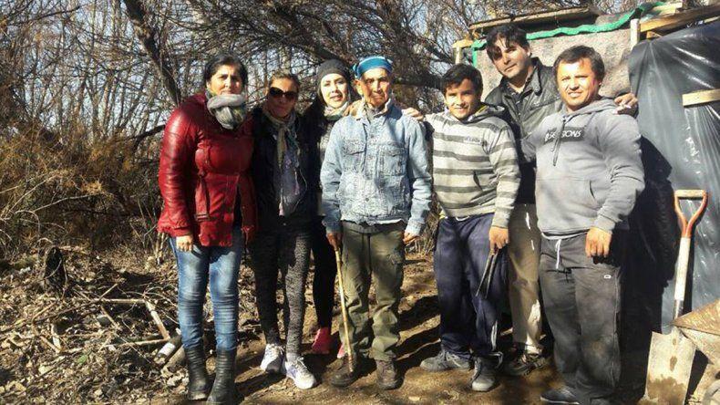 Los grupos solidarios recolectan ropa y comida para quienes sufren frío.