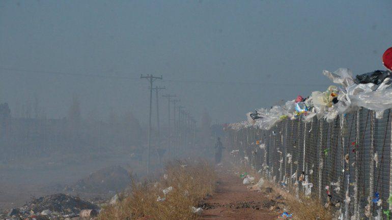 El humo denso convive con los vecinos de Colonia Nueva Esperanza.