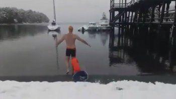 nado en el nahuel huapi bajo la nieve y sin traje de neoprene