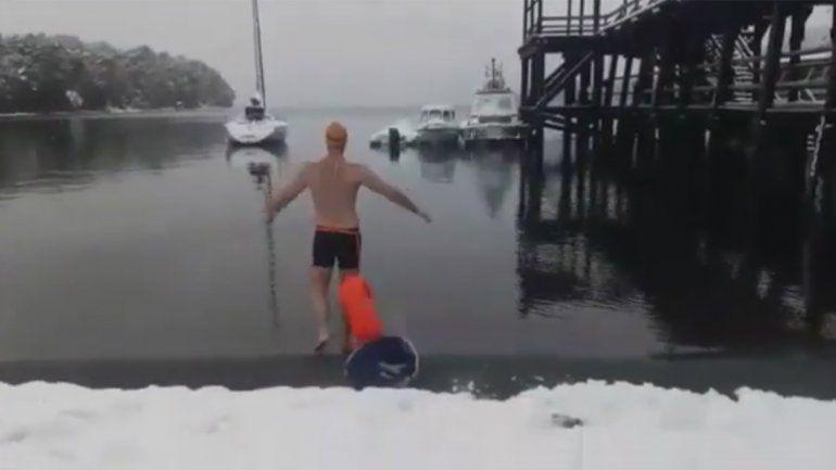 Nadó en el Nahuel Huapi bajo la nieve y sin traje