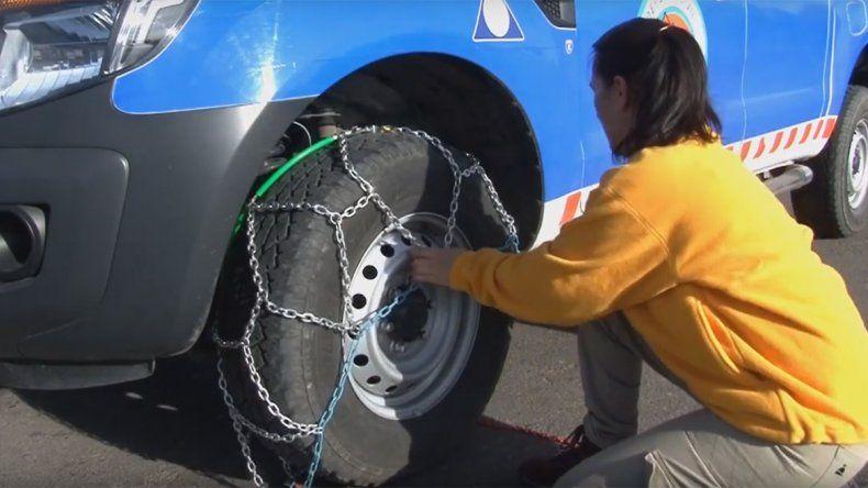 ¿Cómo se colocan las cadenas para nieve en las ruedas de los autos?