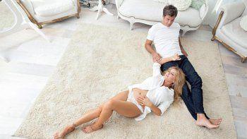 Junto a su futuro marido, Flor Peña luce su panza y su sensualidad.