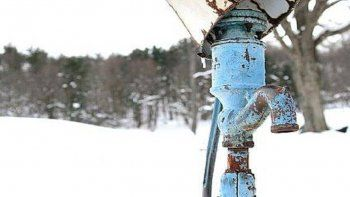 familias enteras derriten la nieve para tener agua porque las canerias se les congelaron