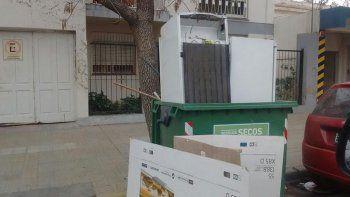 mal vecino: uso el contenedor municipal para tirar dos heladeras