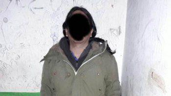 El hombre, que trabaja en escuelas de Florencio Varela, fue detenido. La madre de la nena también es docente.