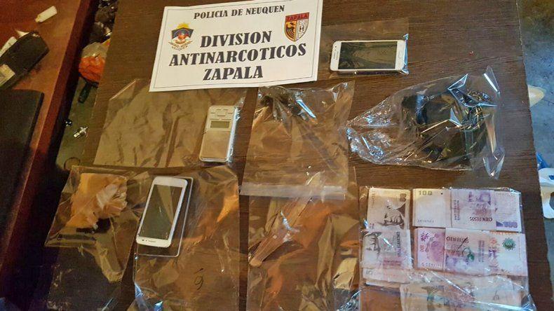 La droga y los elementos secuestrados tras los allanamiento en Loncopué.