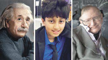 Albert Einstein y Stephen Hawking escoltan al nuevo genio, Arnav Sharma, de 11 años.