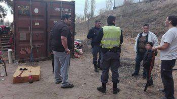 Los dirigentes de los scouts, junto a la Policía, observando cómo los delincuentes les desmantelaron el container.