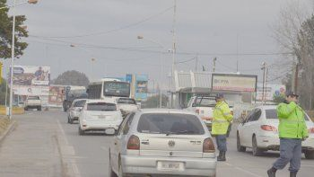 La policía neuquina realizó un estricto control. El automovilista que quiso engañarlos no tenía los papeles al día.