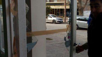Así quedó la puerta del local que recibió la visita de los ladrones la noche del miércoles. Ya cambiaron el vidrio.