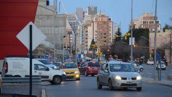 Muchos vehículos transitan diariamente por la zona del shopping.
