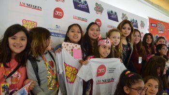 Luz del Cielo Muñoz posa junto a Karol y otras fanáticas.