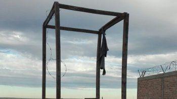 terrible: un hombre se ahorco con un alambre a la vista de todos