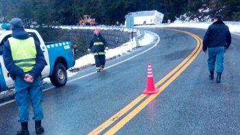 pudo ser una tragedia: por el hielo, un colectivo quedo semi volcado en la ruta 40