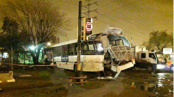 un tren arrollo a un colectivo en merlo: dos muertos