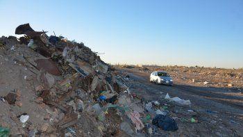 Una montaña de basura se formó nuevamente en Casimiro Gómez al fondo.