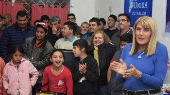 Alma Sapag junto al senador Guillermo Pereyra y militantes.