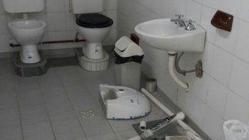 Sin intimidad: en el colegio se habían instalado dos inodoros juntos.