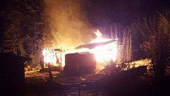 por un conflicto con el vecino, le quemo la casilla y un trailer